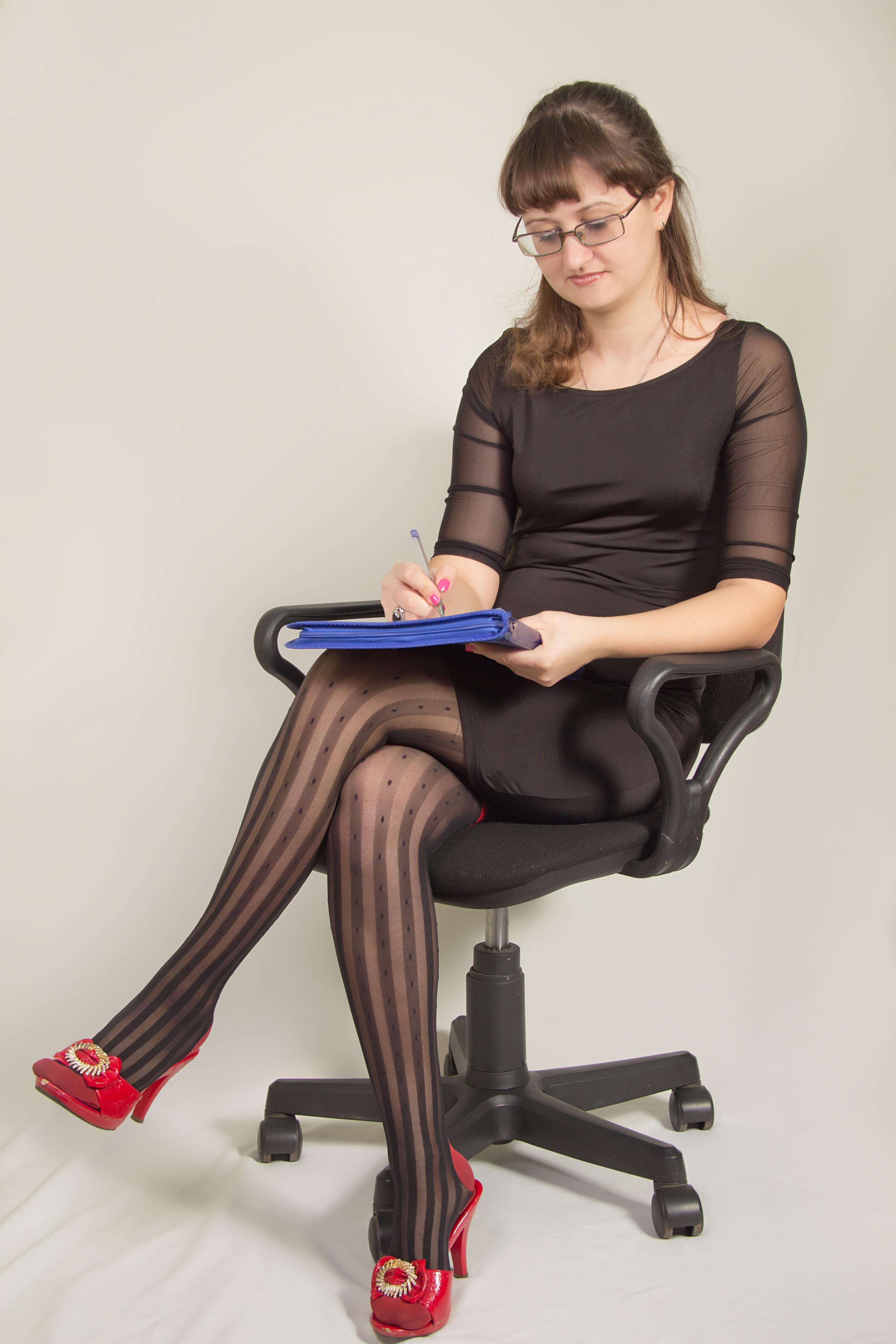 девушка ерзает на стуле в офисе смотреть