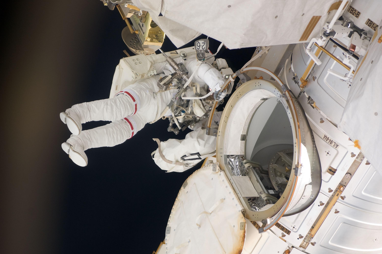 фото человек выходит из ракеты тень