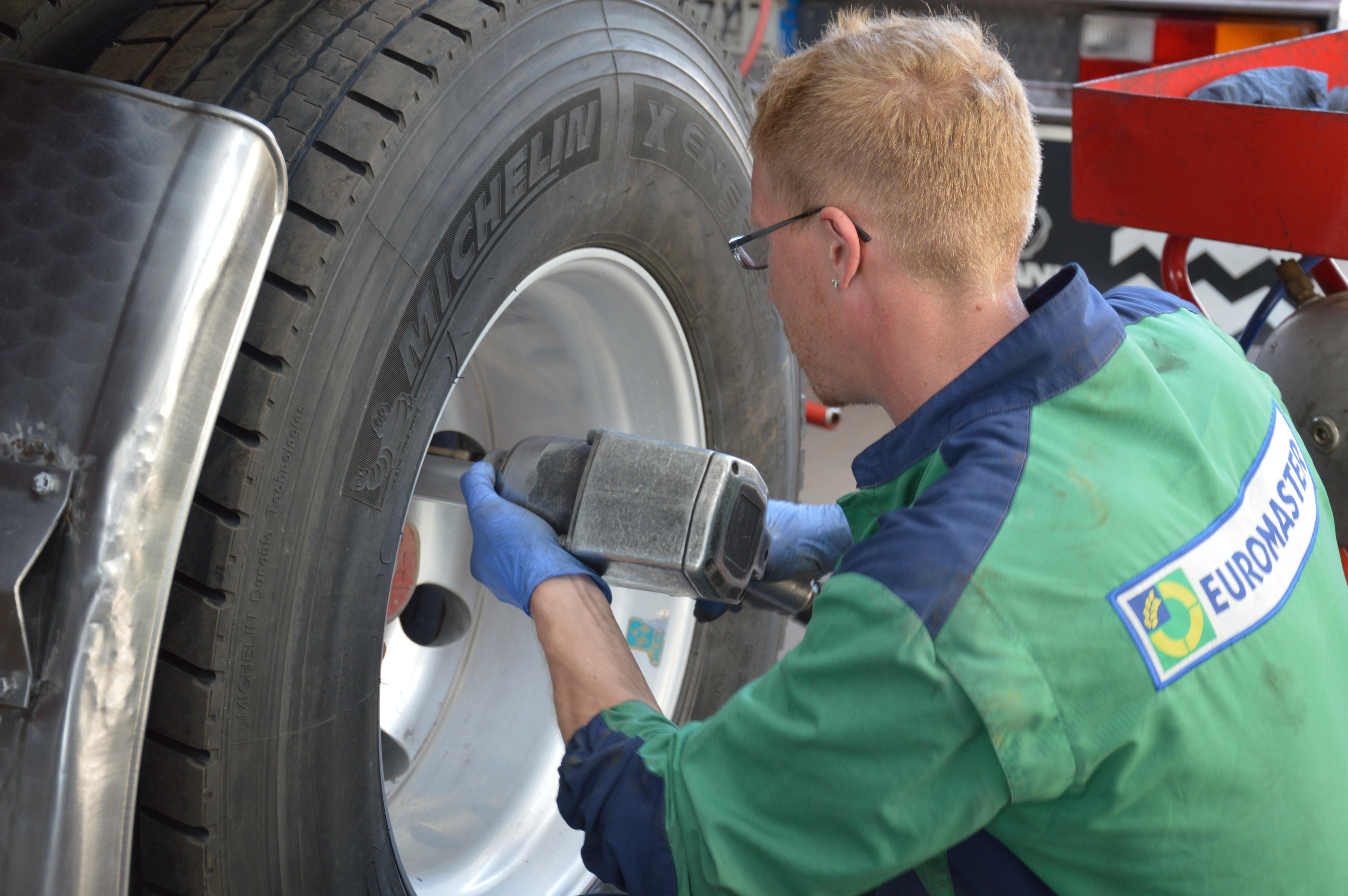 Kostenlose foto : Arbeit, Rad, Reifen, Mechaniker ...