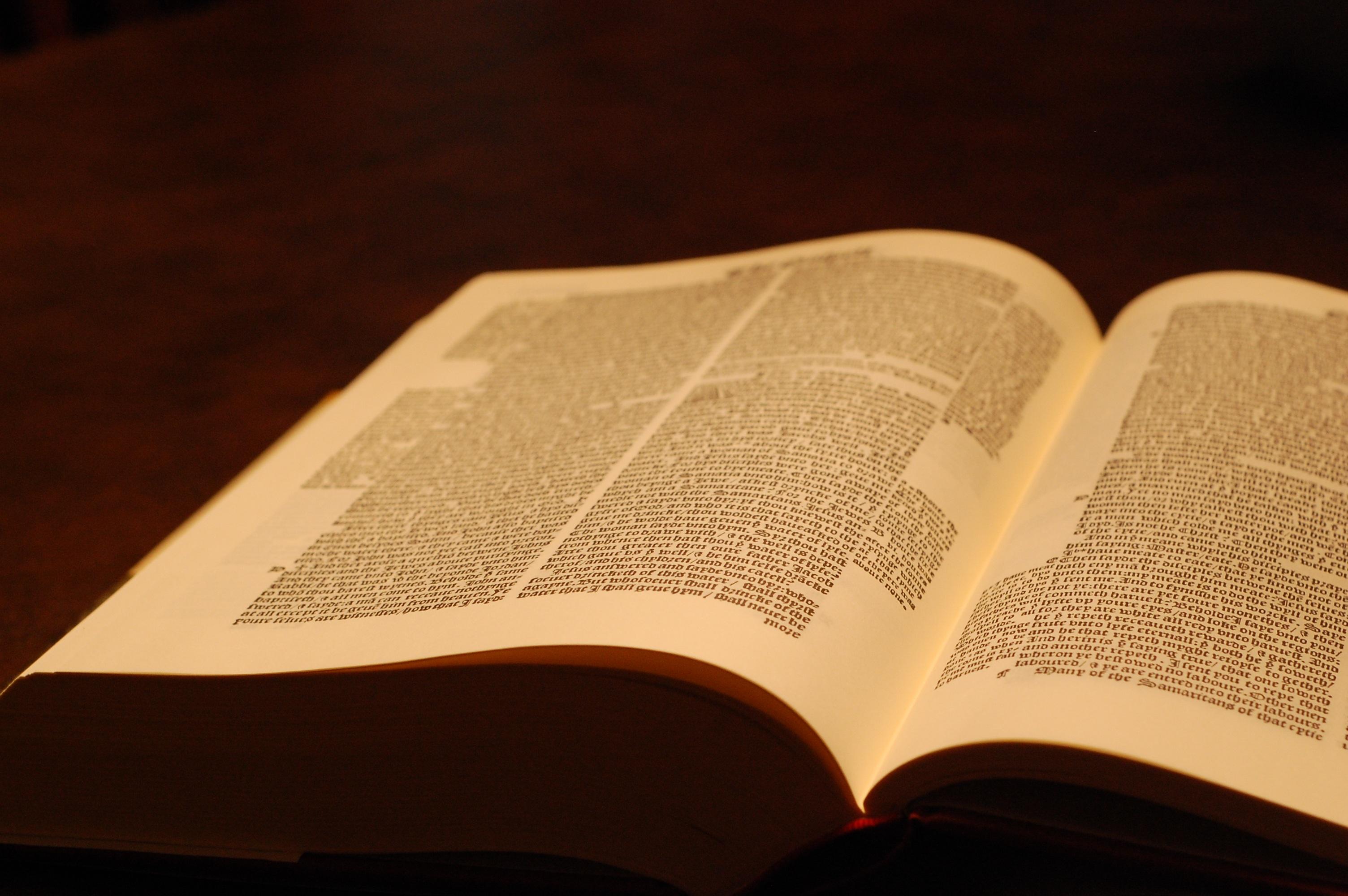 Gambar Penulisan Book Buka Buku Merek Kitab Injil Seni