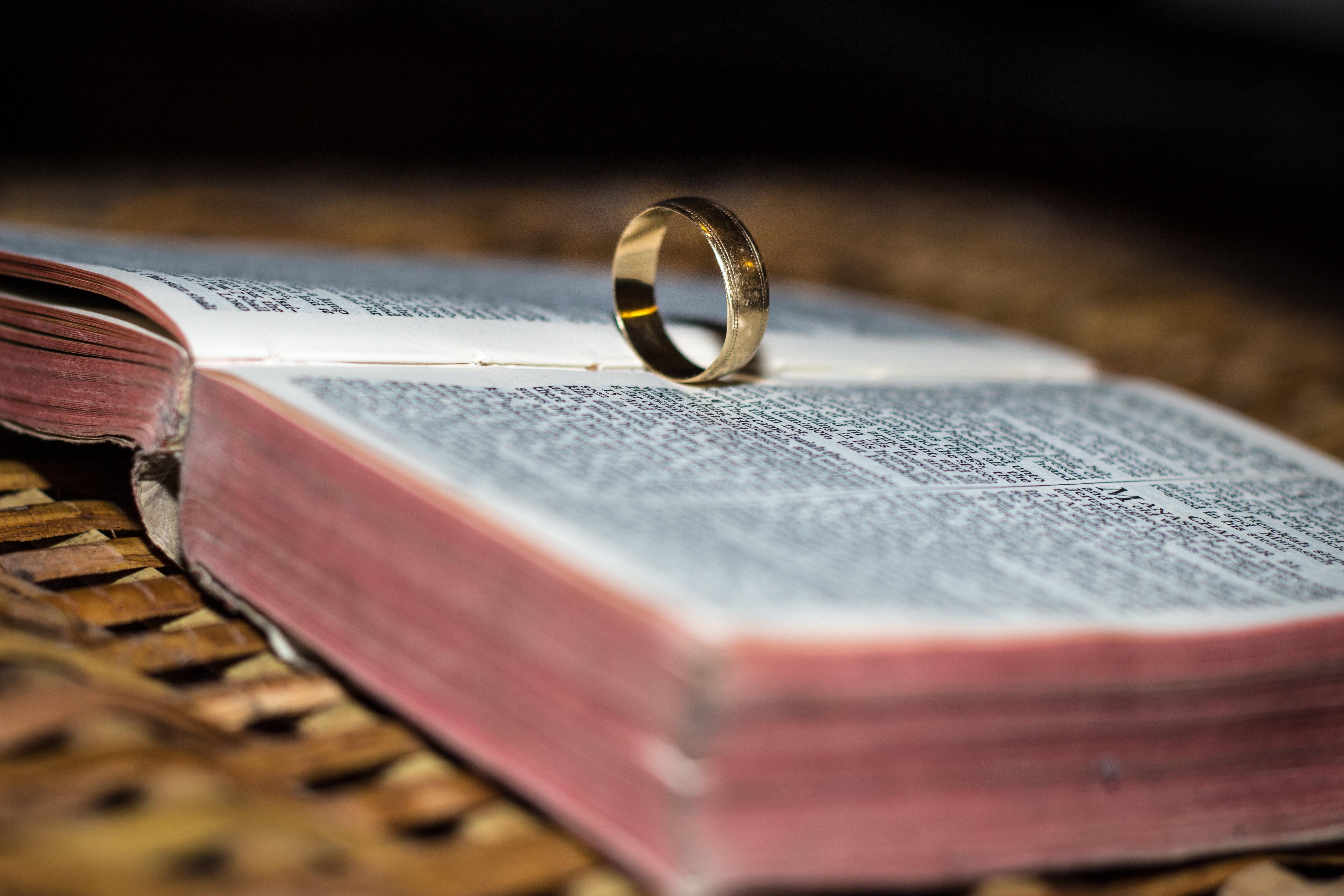 Картинки кольцо на книге
