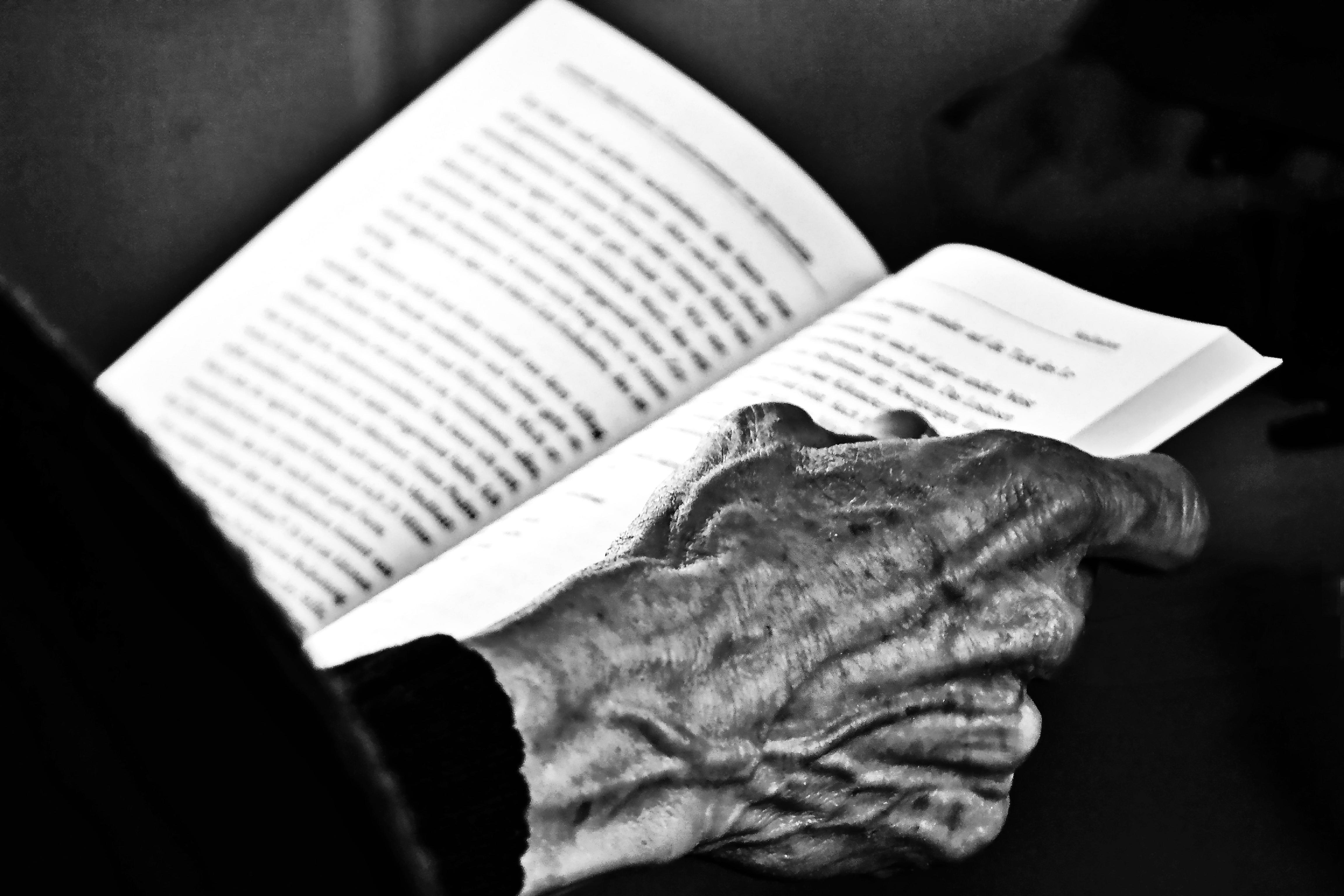 Fotos Gratis : Escritura, Mano, Leer, Persona, En Blanco Y