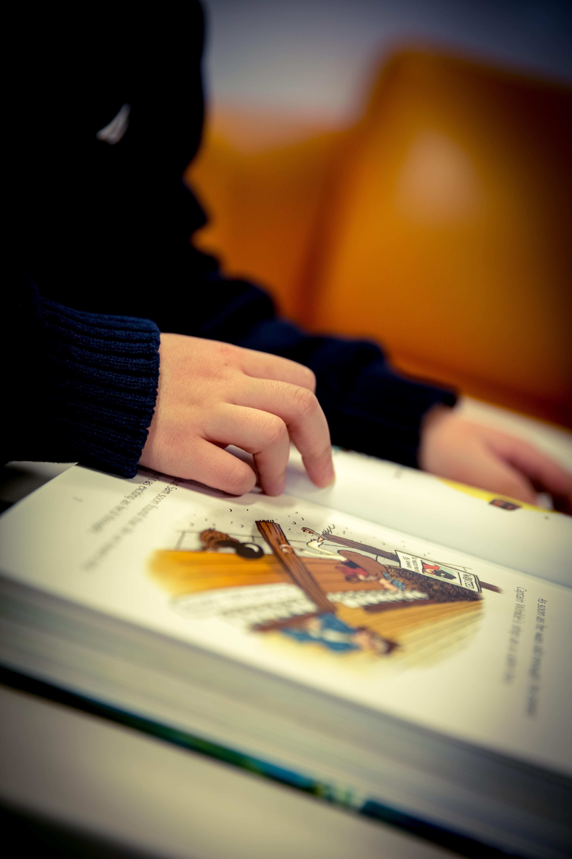 Kostenlose foto : Schreiben, Hand, Lesen, Farbe, Bildung, Nahansicht ...