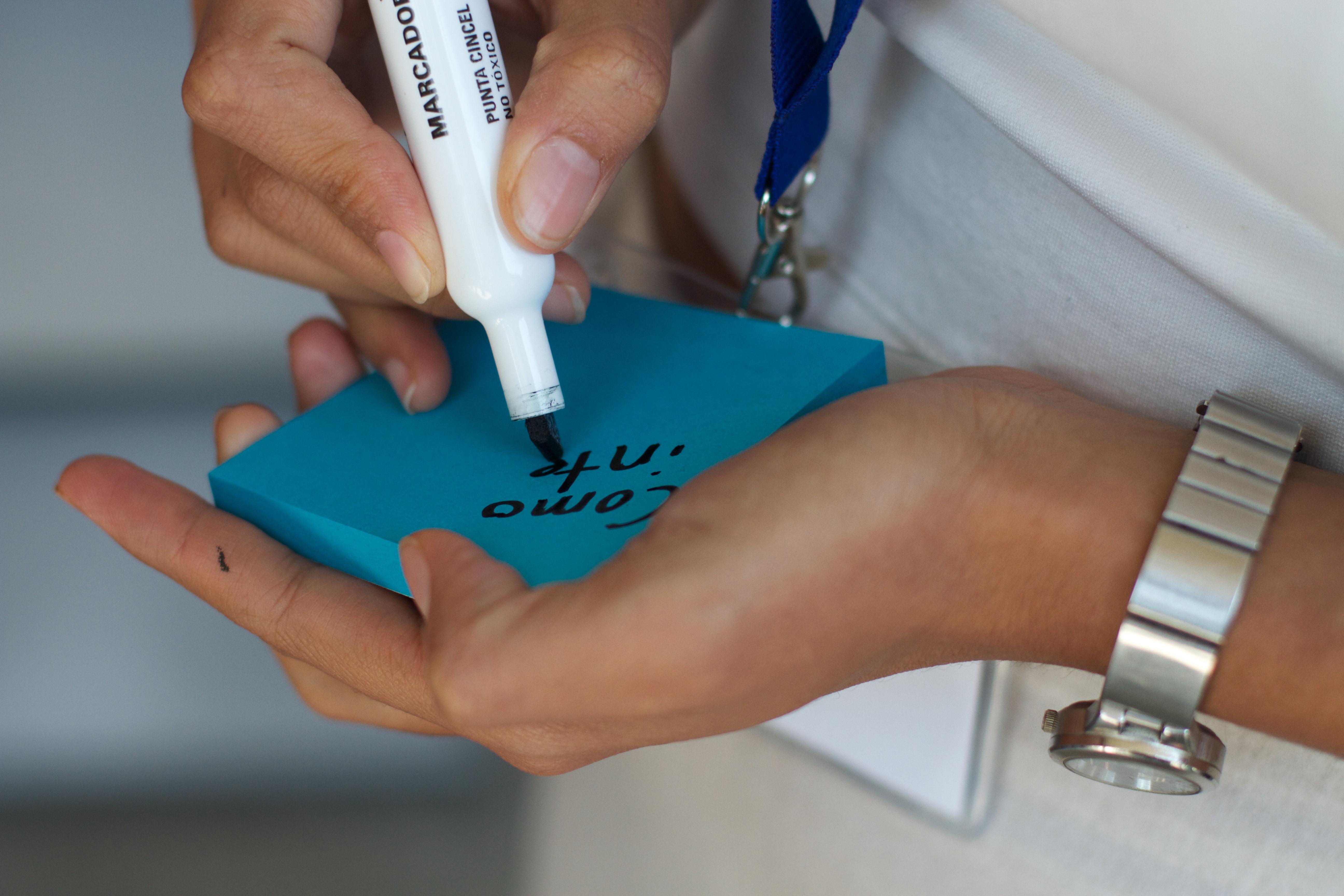 Fotos gratis : escritura, mano, pierna, dedo, brazo, músculo, cuerpo ...