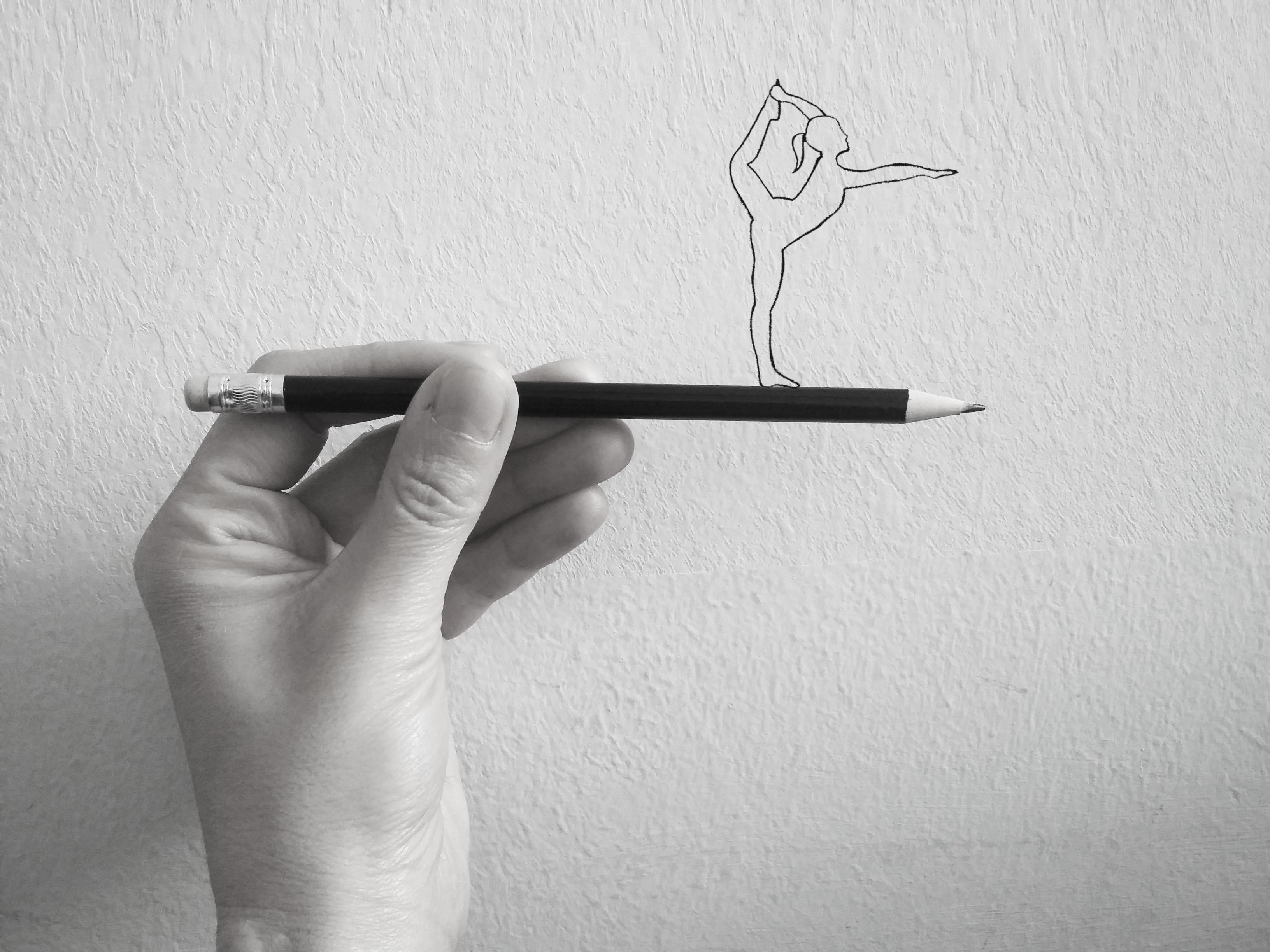 рука рисует карандашом картинка дарить букет