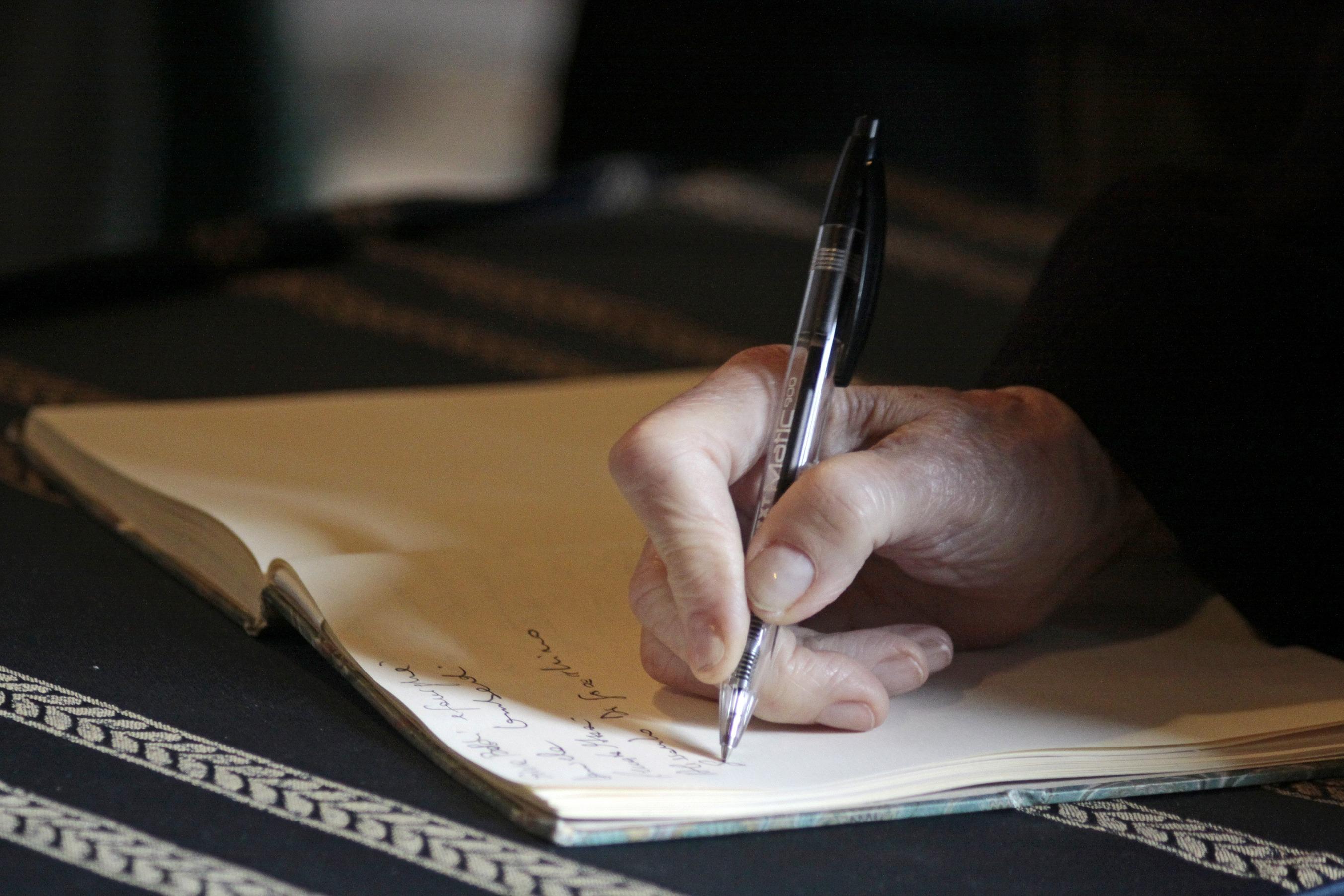 картинки человек пишет ручкой товар лицом