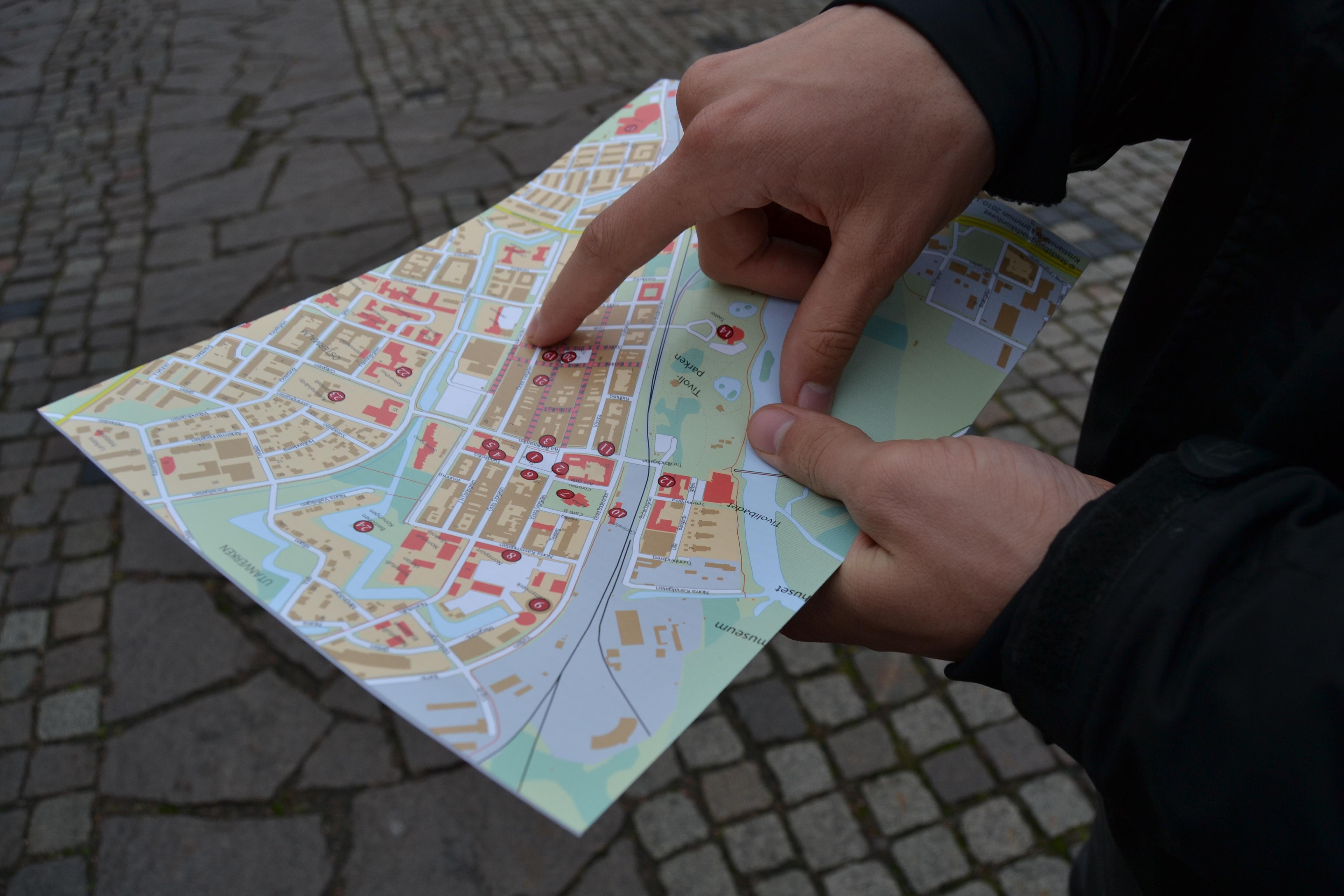 finn vei kart Bildet : skriving, hånd, reise, fotturist, mønster, retning  finn vei kart