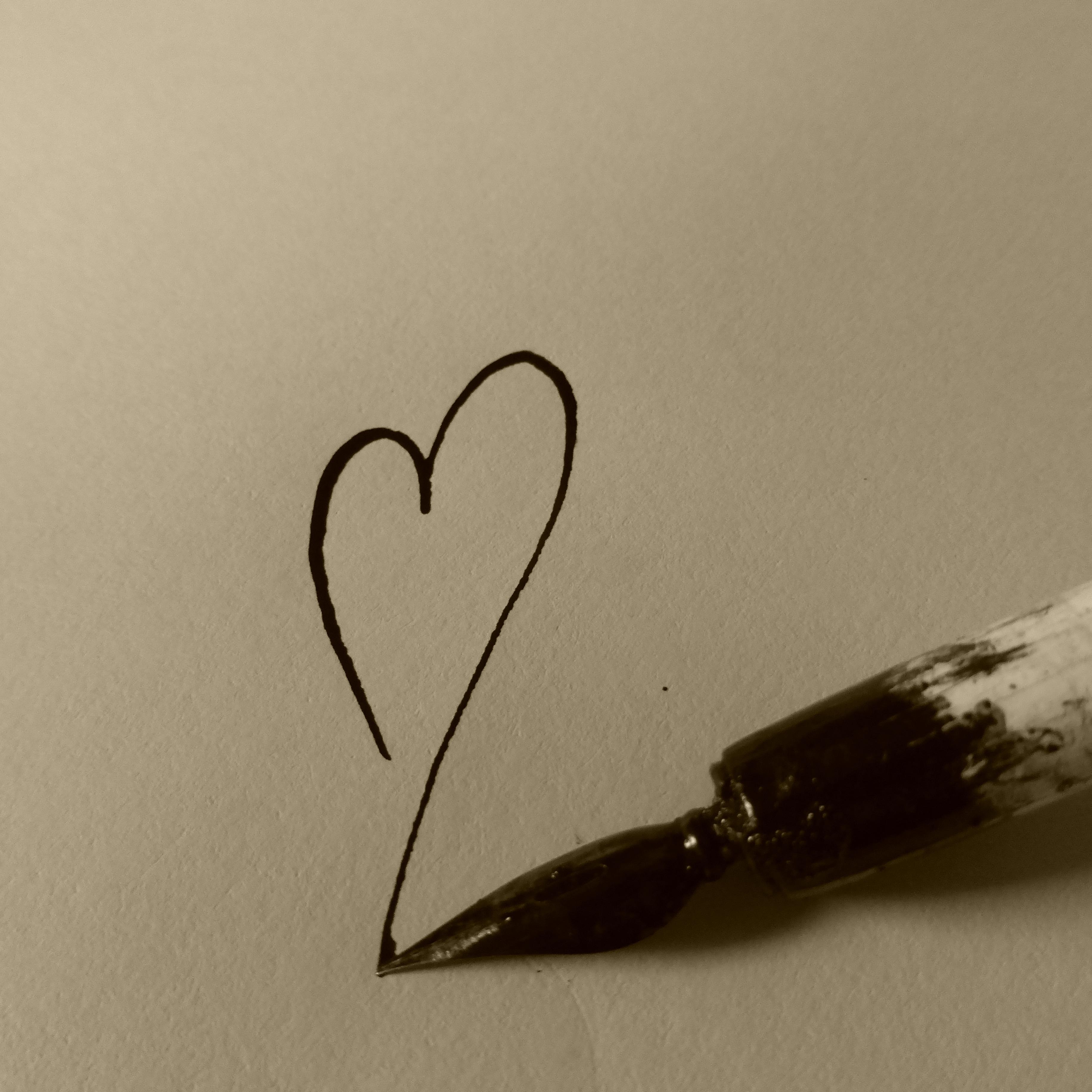 Gambar Penulisan Tangan Putih Cinta Jantung Musim Semi