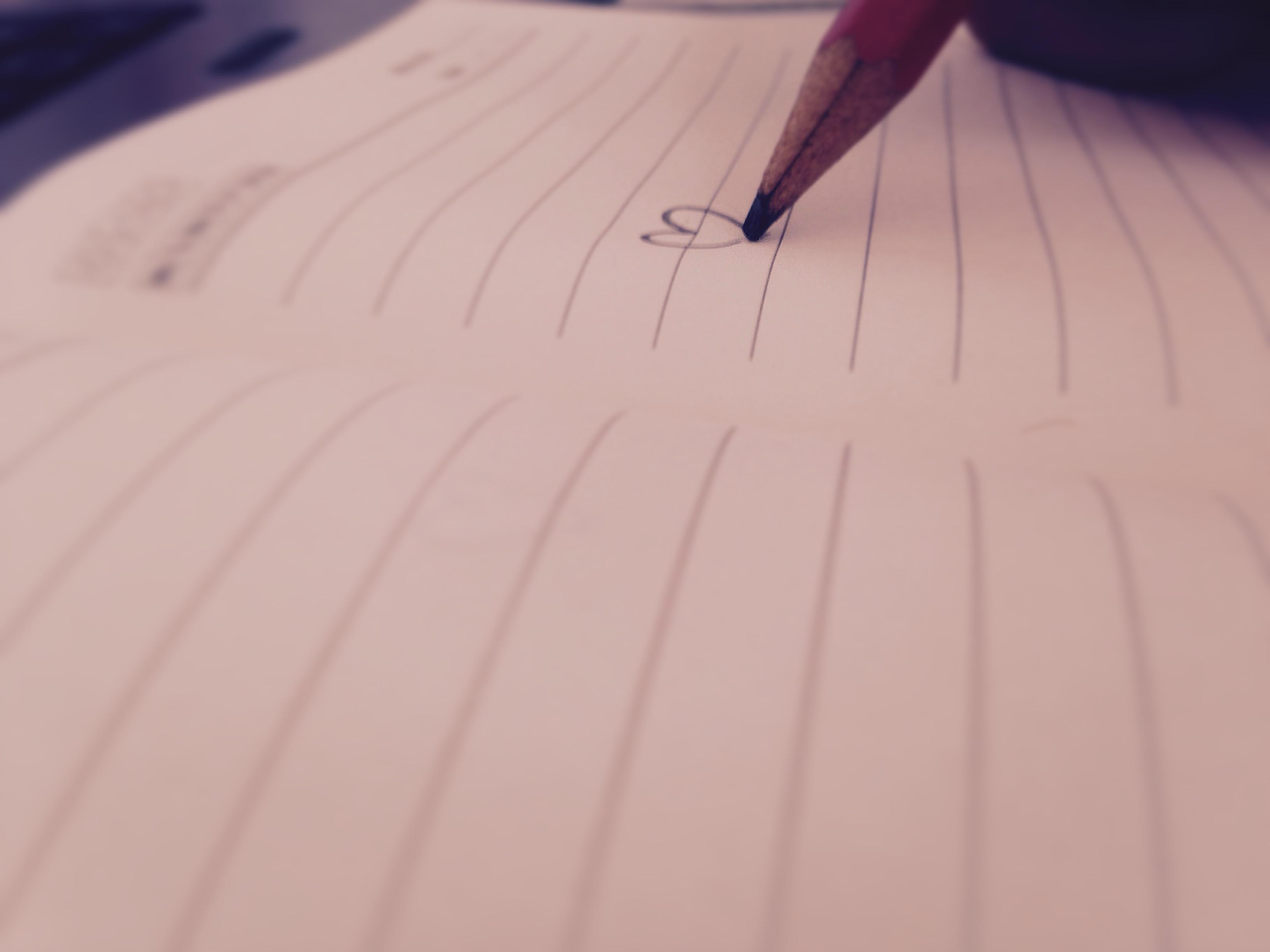 Gambar Penulisan Tangan Sayap Pola Garis Kertas