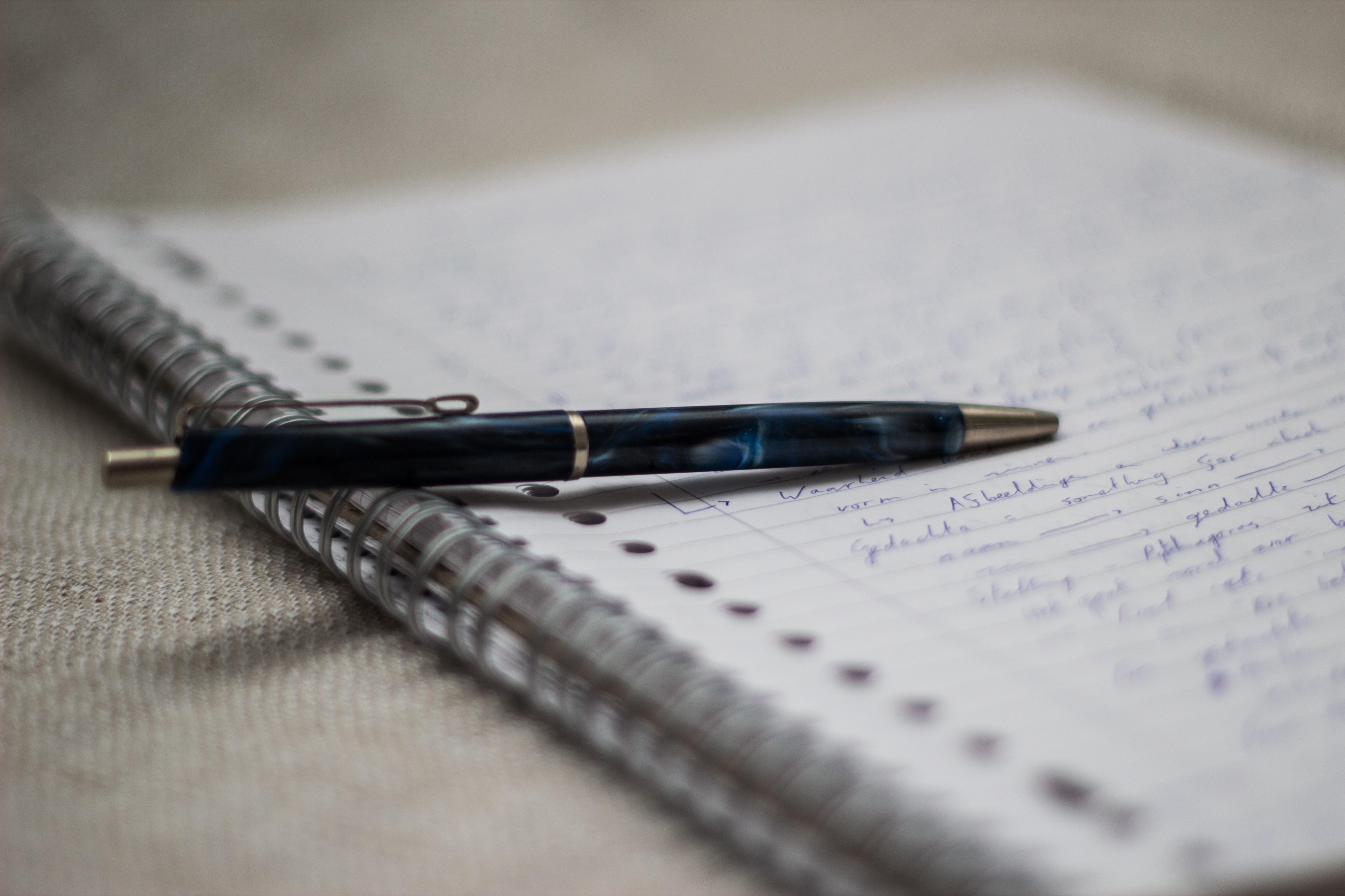 Марта для, картинка с листом бумаги и ручкой