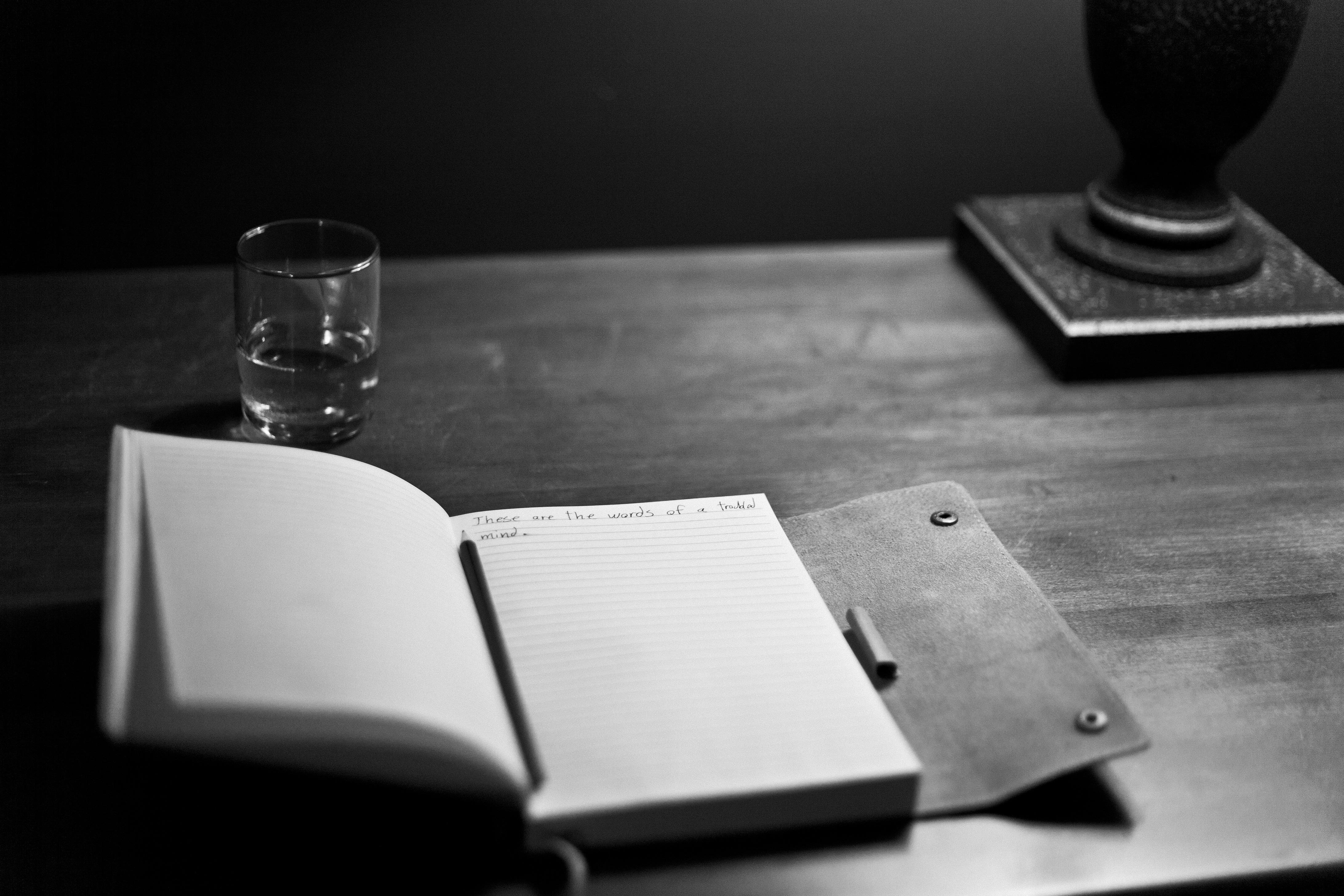 Images gratuites l39ecriture table livre noir et blanc for Images gratuites documents