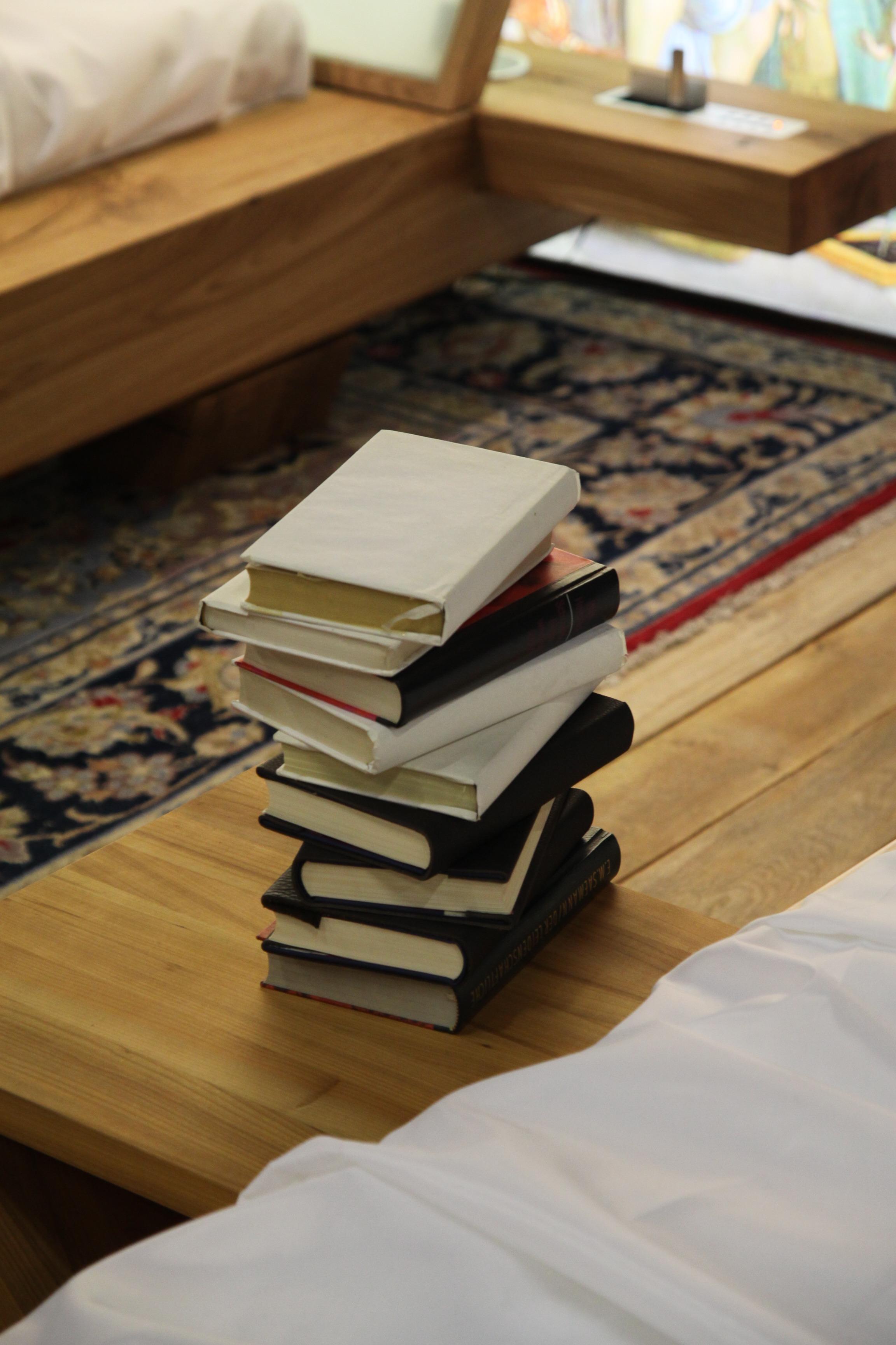 Fotos gratis : escritura, mesa, libro, piso, alto, apilar, mueble ...
