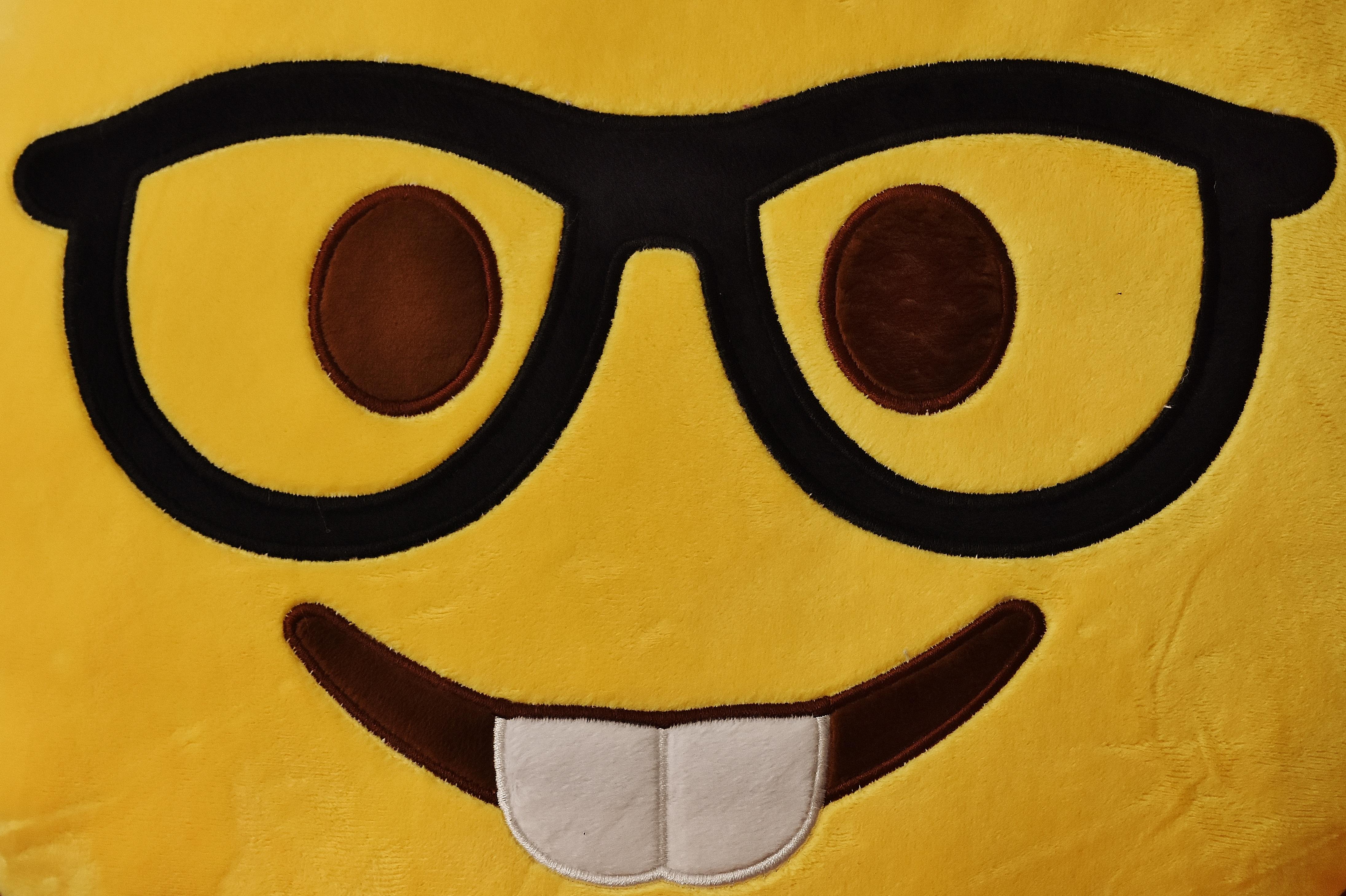 52b66bfb2b0f gul frisure smil cirkel Grine glad ansigt illustration lykkelig briller  overskæg sjov glæde fræk kostume emotion
