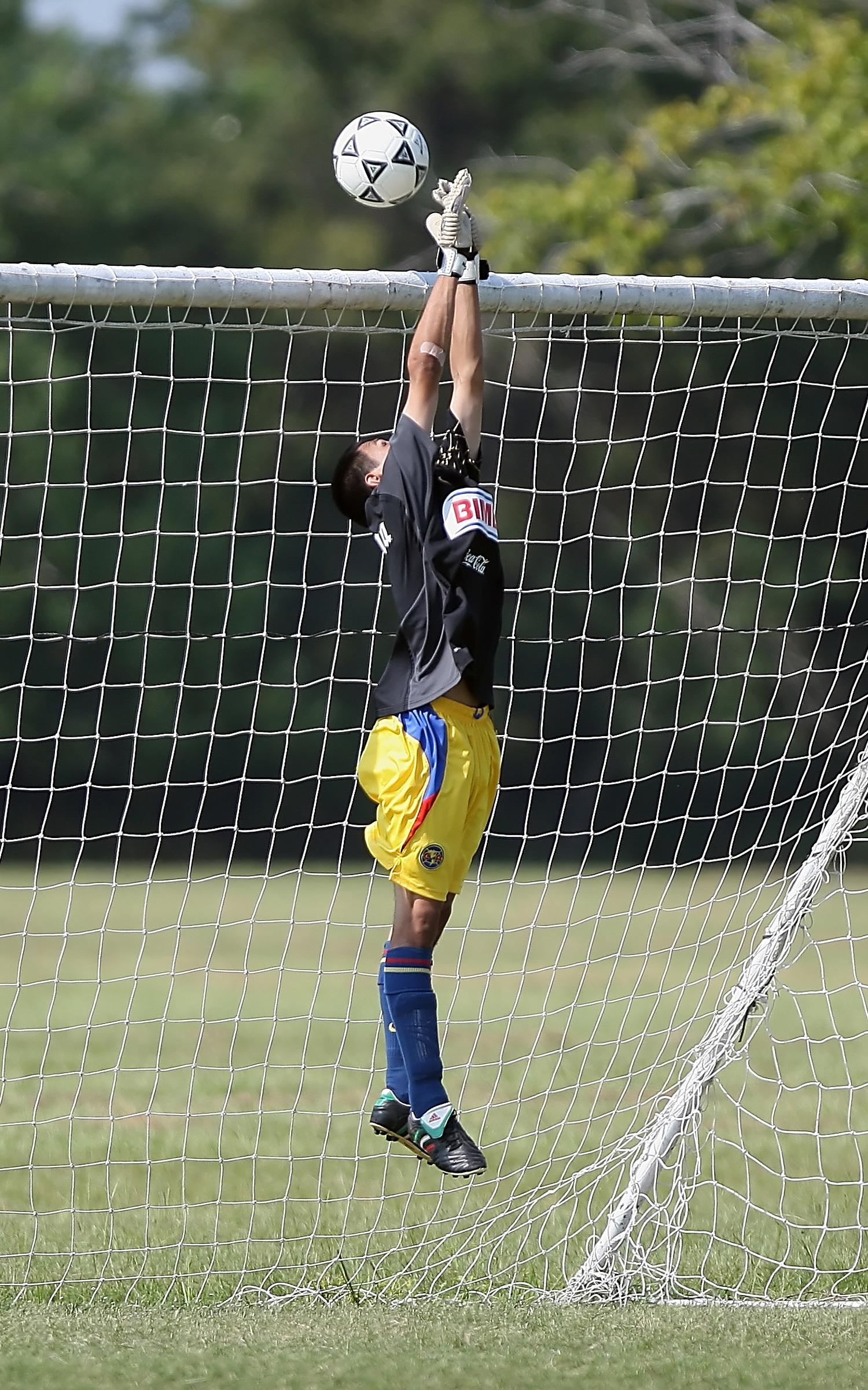 Gambar Pemuda Sepak Bola Olahraga Bersih Menyimpan Pemain